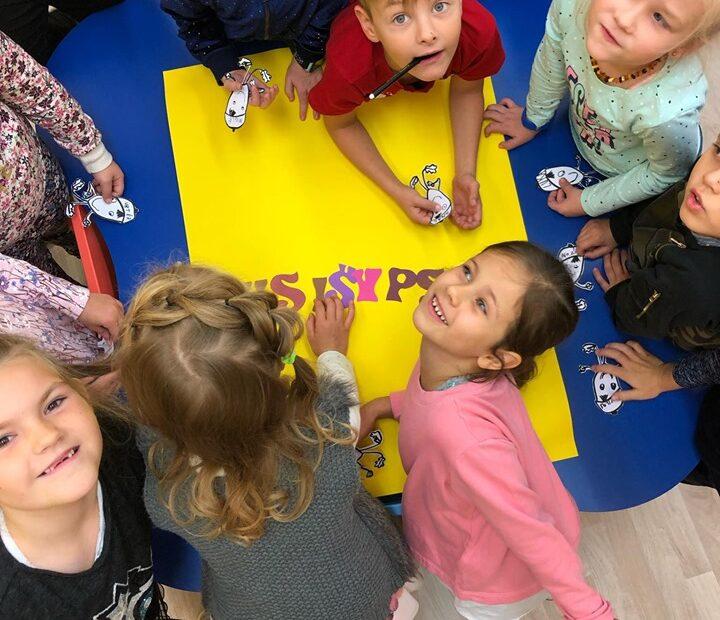 Priešmokyklinukai dovanoja savo šypsenas visiems